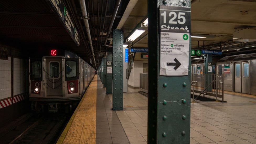 محطة مترو الأنفاق خالية من الركاب