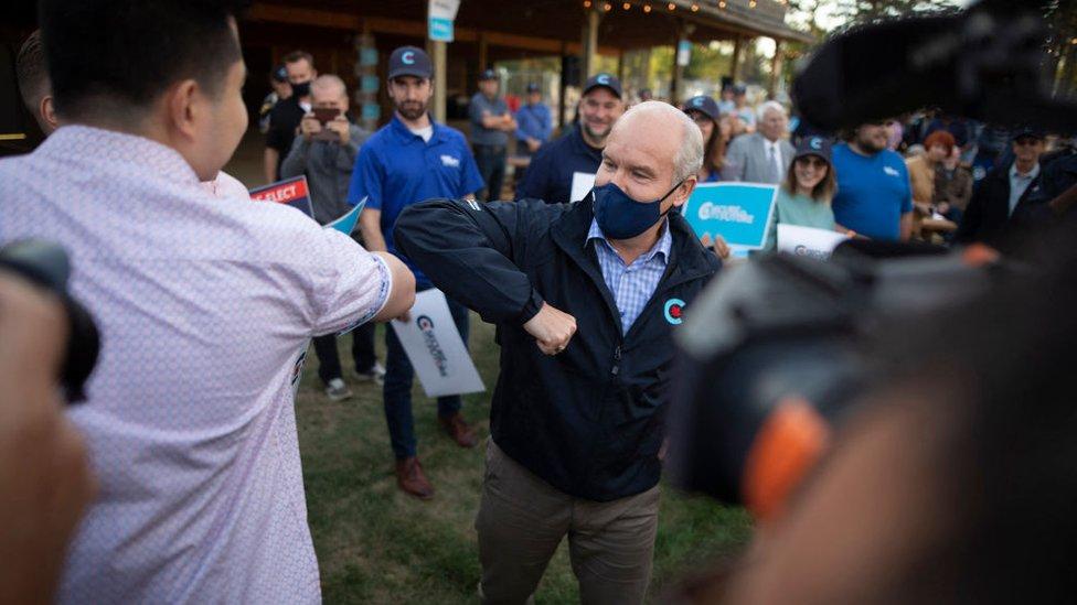 Erin O'Toole saludando a un seguidor durante su campaña.