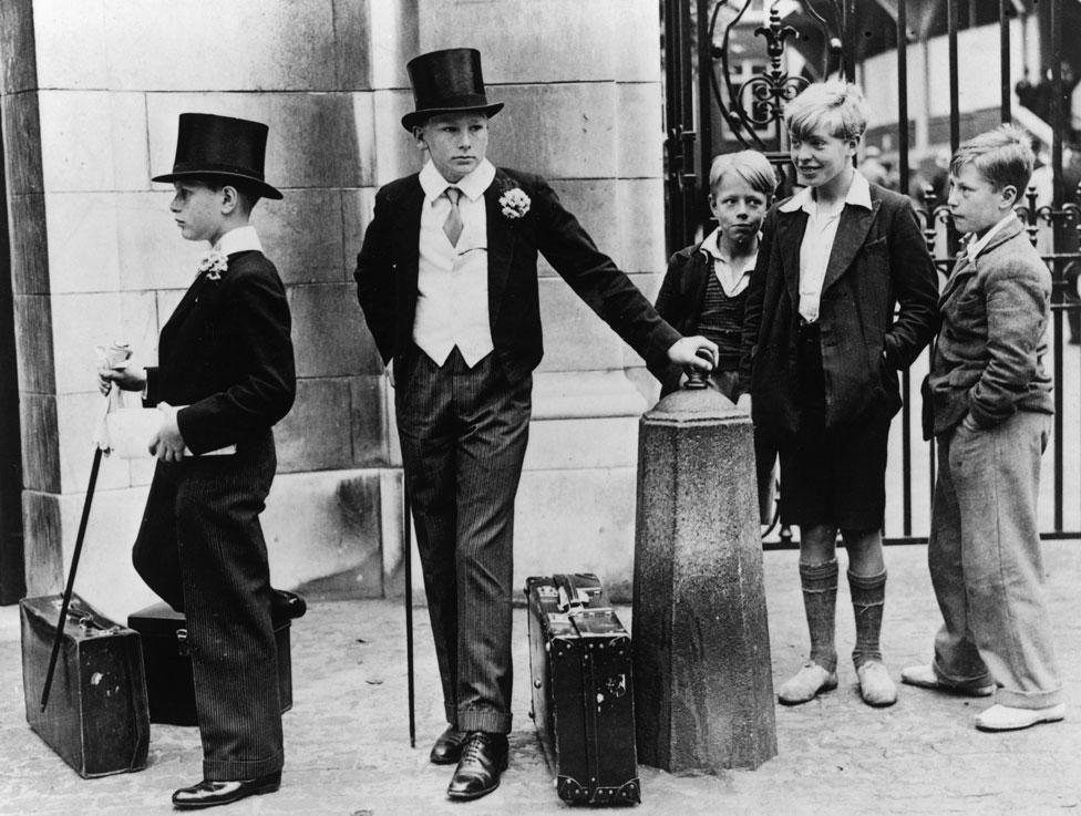 Grupo de niños con distinta vestimenta en 1937.