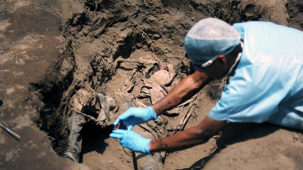 Israel Ticas durante una exhumación en El Salvador.