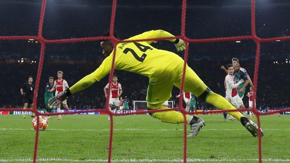 Lucas Moura anota contra el Ajax