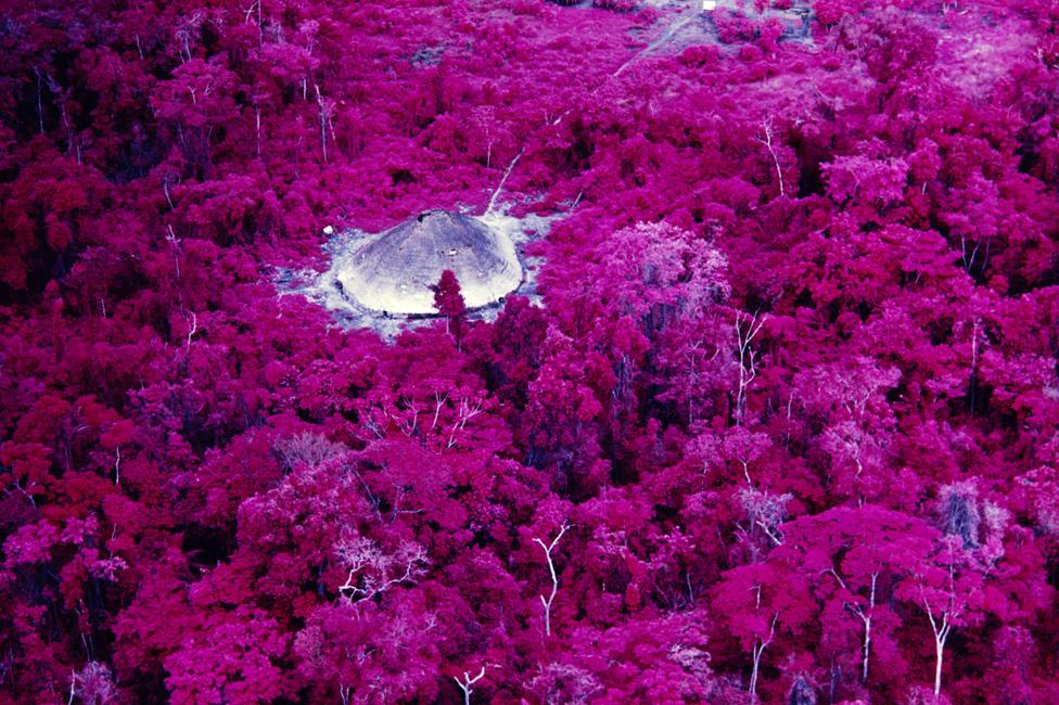 Kolektivna kuća u blizini katoličke mise na reci Katrimani, snimljena infracrvenim filmom 1976.
