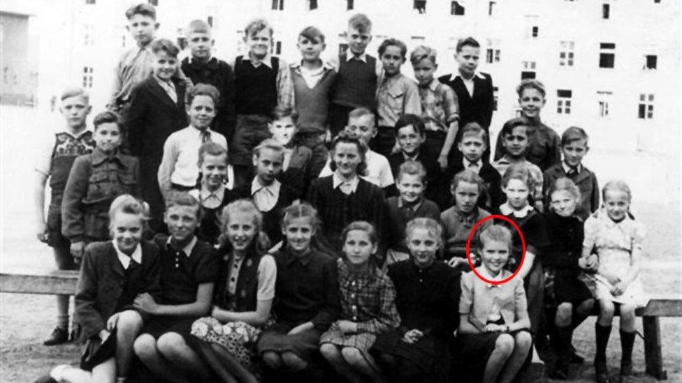 Vaira y sus compañeros de clase en Lübeck, 1949