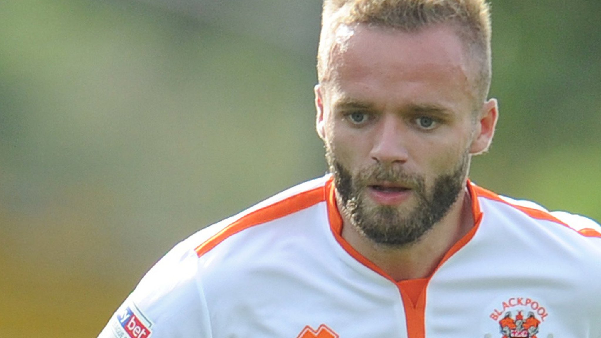 Ryan McLaughlin: Rochdale sign right-back from Blackpool for undisclosed fee