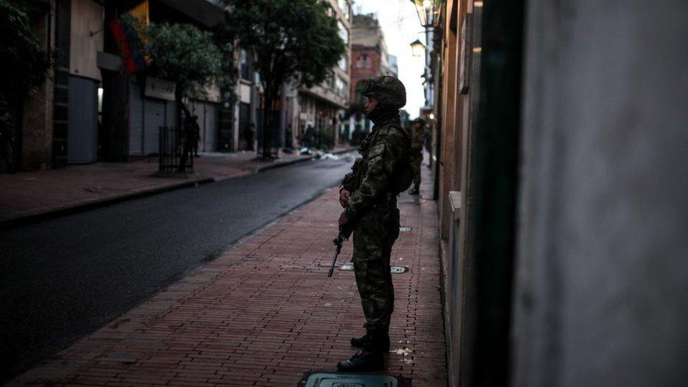 Soldado en las calles de Bogotá