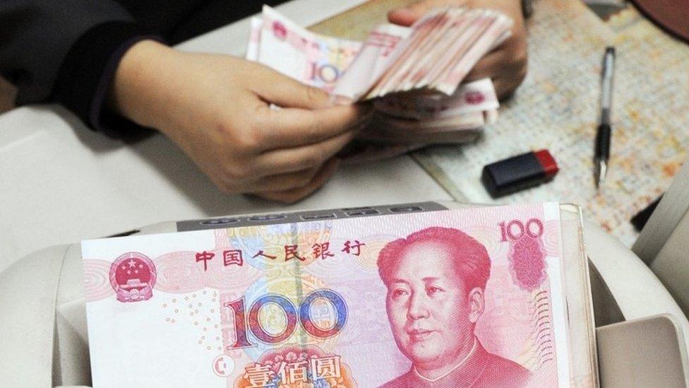 Uang kertas yuan di tempat penukaran valas di Shanghai