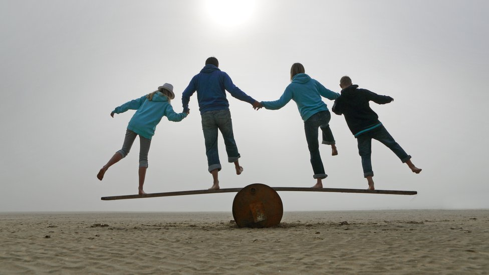 Familia haciendo equilibrio