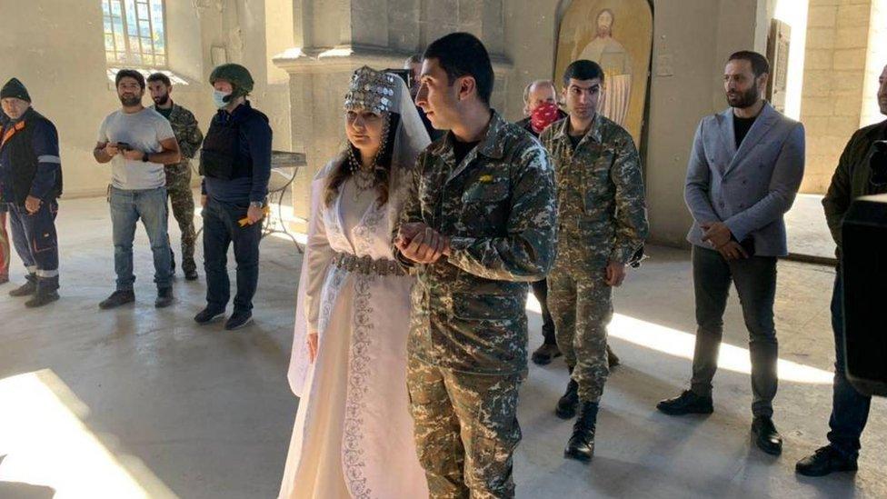 納戈爾諾—卡拉巴赫地區舒沙市一對新人在滿布彈痕的教堂廢墟內行禮結婚(26/10/2020)