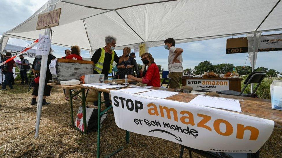 """Un cartel que dice """"Stop Amazon"""""""