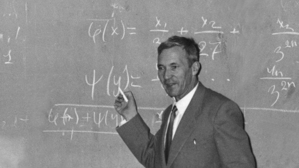 El matemático ruso Andrei Kolmogorov frente a una pizarra dictando clase