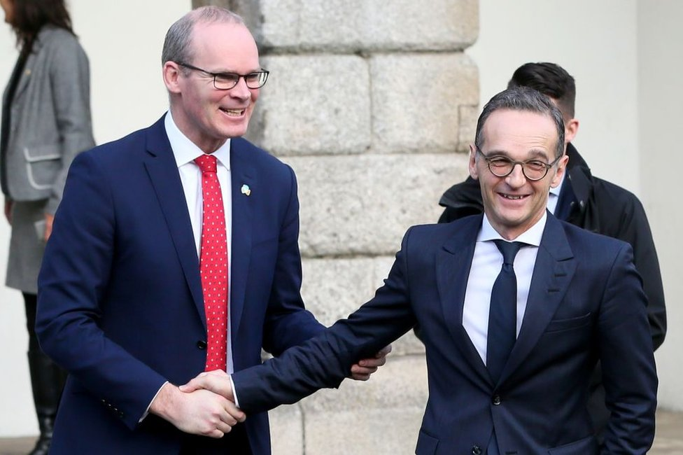 Irish Foreign Minister Simon Coveney (l) shakes hands with German Foreign Minister Heiko Maas (r) at the Global Ireland 2025: Making It Happen conference at Dublin Castle on 8 January, 2019