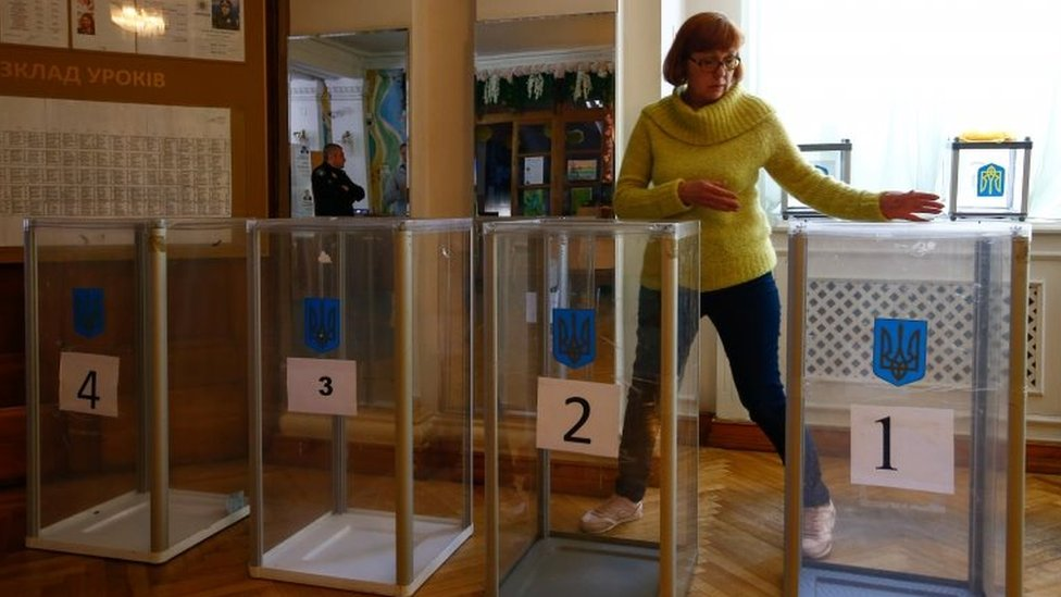 Ukraine election: Voters choose between comic and tycoon