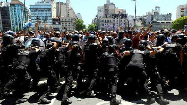 Agentes de policía contienen a una multitud en Buenos Aires