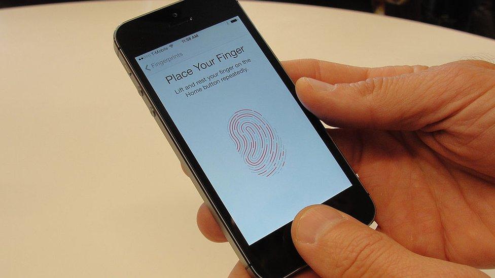 Un teléfono inteligente que se abre con la huella digital