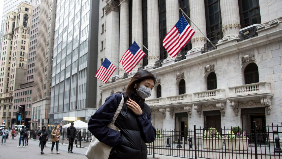 Mulher em Nova York usando uma máscara em abril