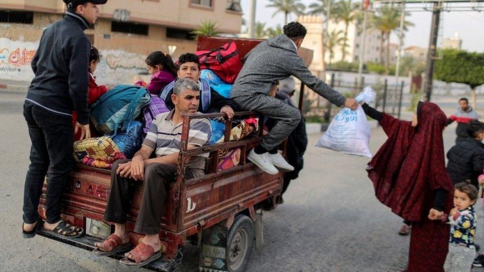 Warga mengungsi akibat gempuran Israel.