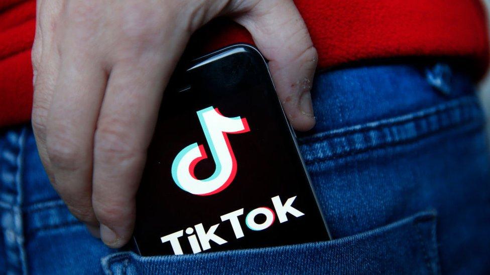 Un móvil con la aplicación TikTok
