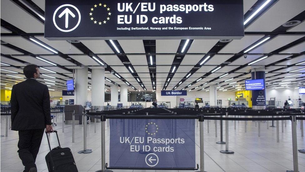 Puesto de control aduanal en un aeropuerto de Reino Unido.
