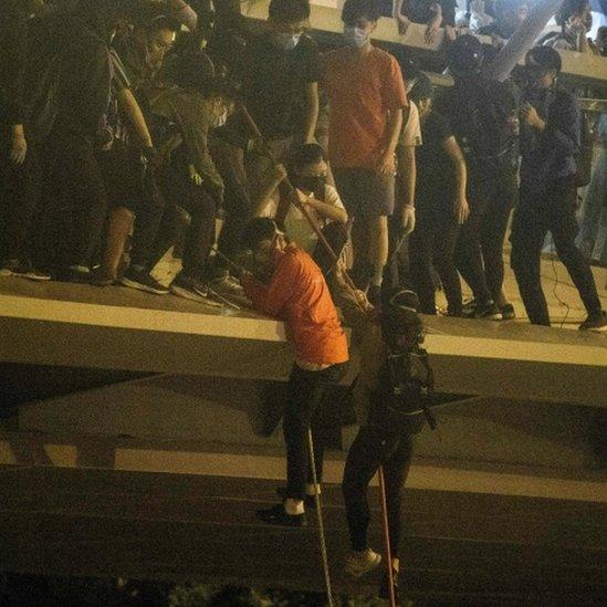 Algunos manifestantes escaparon del campus descolgándose de un puente de 10 metros de altura.