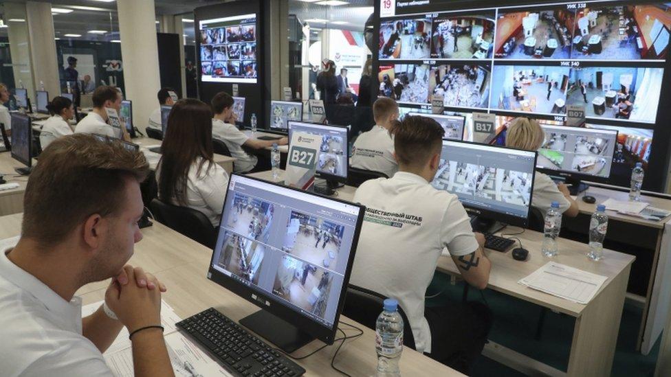 أشخاص يراقبون الانتخابات عبر الفيديو