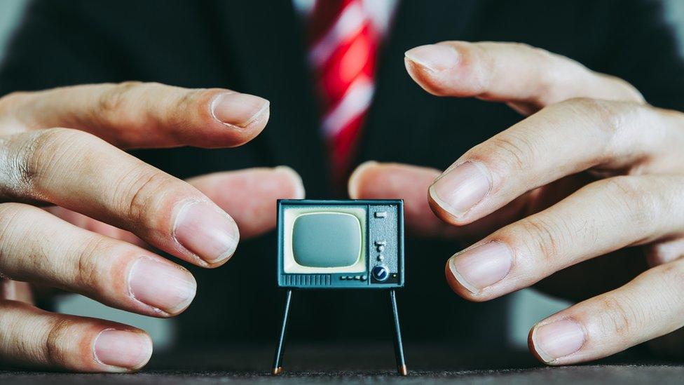 manipulando la televisión