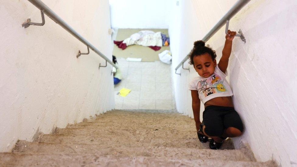Un niño camina por las escaleras dentro de un refugio antibombas en Ashkelon, sur de Israel, el 16 de mayo.