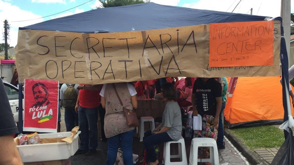 Una carpa con simpatizantes de Lula da Silva.