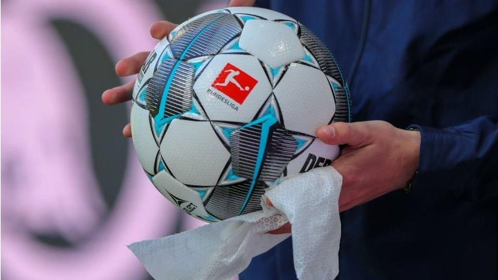 Una pelota siendo desinfectada