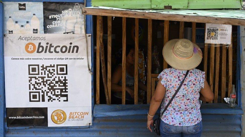 Cartel de bitcoin en una fachada