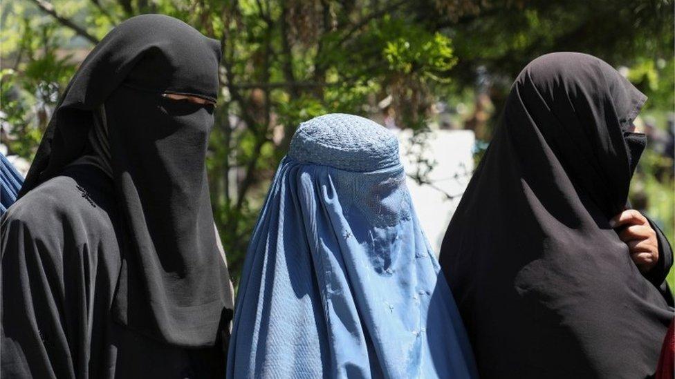 Mujeres afganas usando burkas