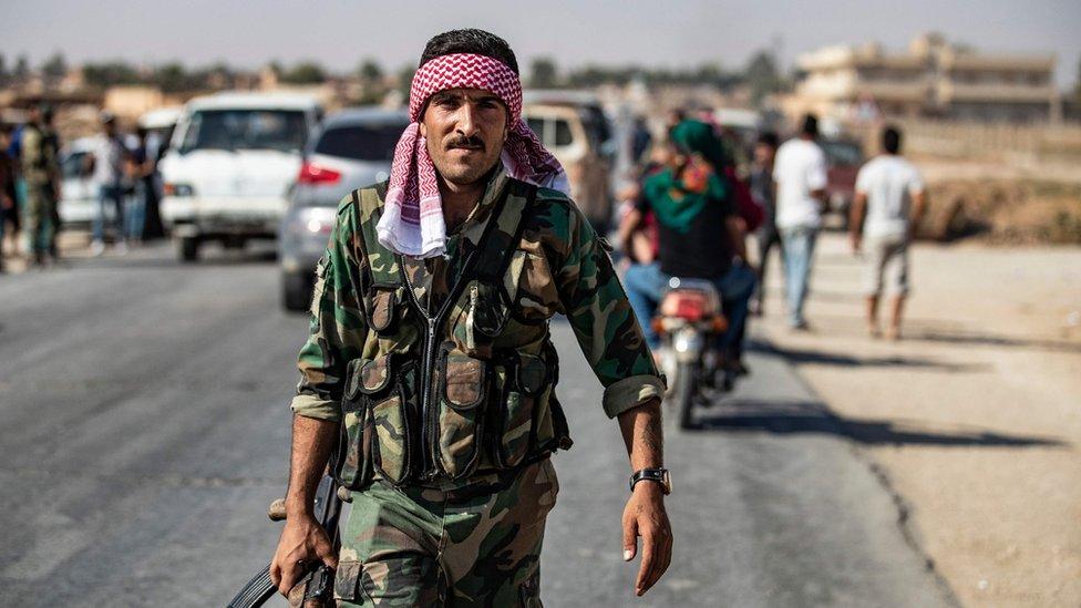 un soldado del régimen sirio en la calle