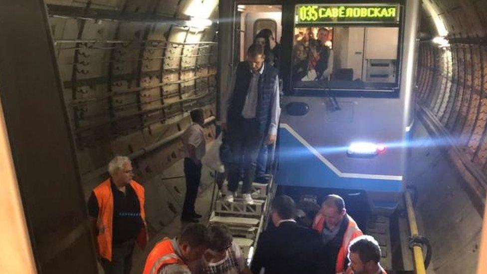 В метро Москвы застряли три поезда. Пассажиров пересаживали прямо в тоннеле