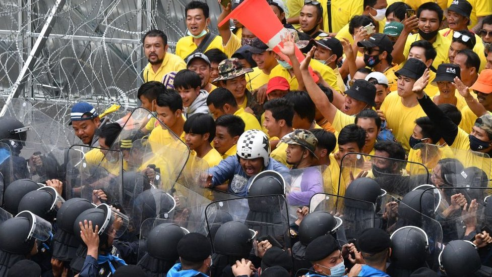 Royalist supporters come up against the police during a pro-democracy rally near the Thai parliament. 17 Nov 2020