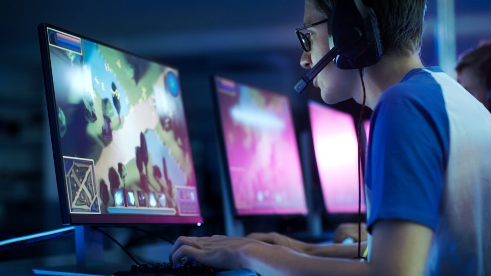 Chico jugando videojuegos.