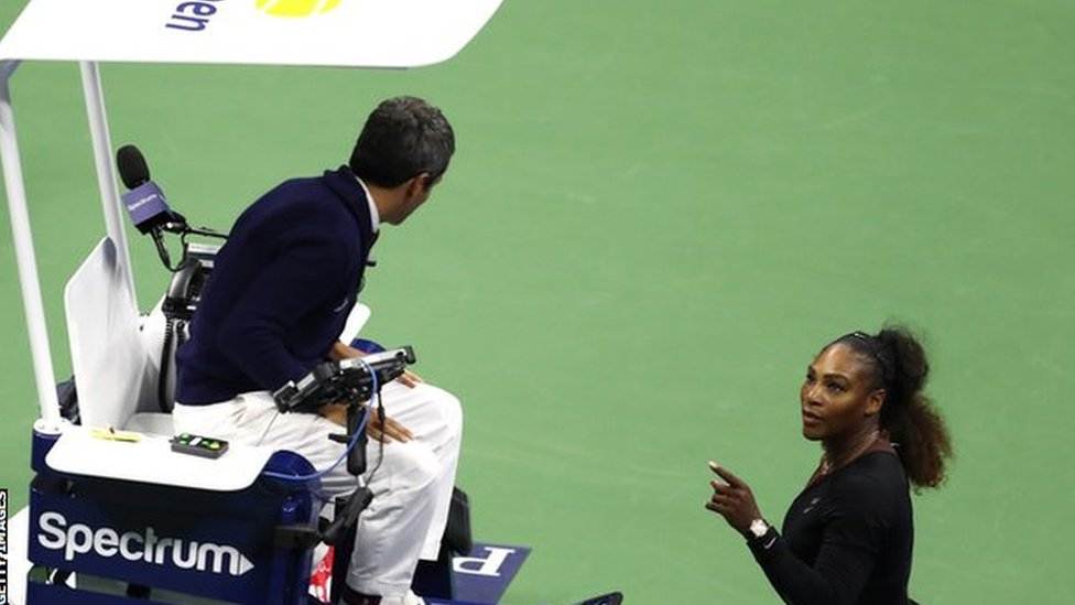 Serena Williams y el árbitro Carlos Ramos.