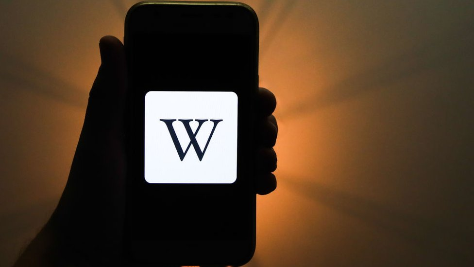 Teléfono con logo de Wikipedia