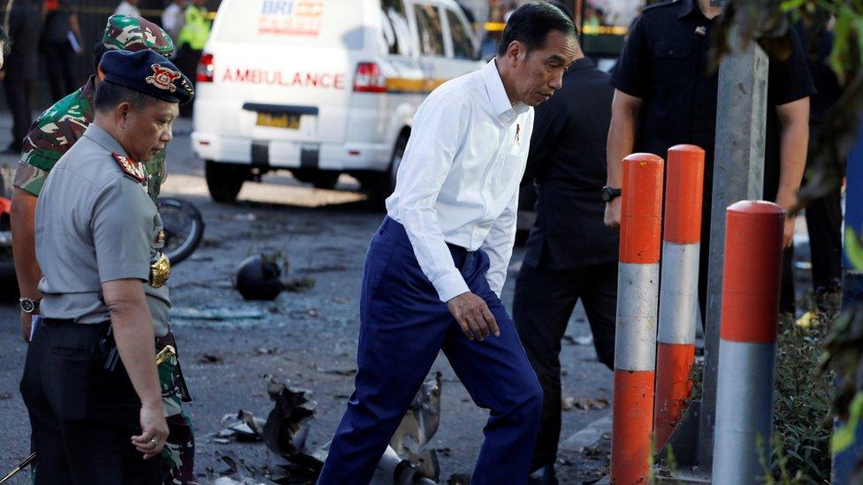 El presidente indonesio Joko Widodo llegó al sitio de los ataques.