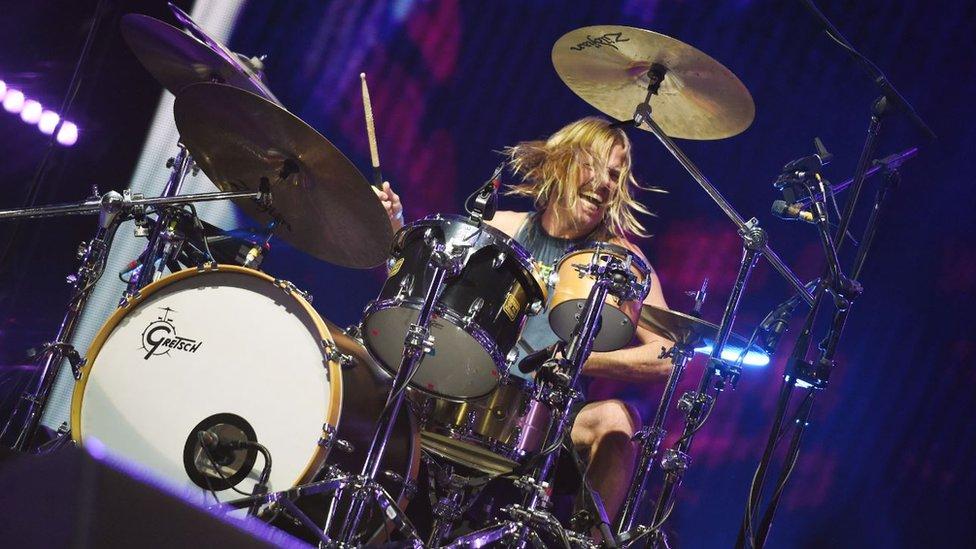 Тейлор Хокінс грає на барабанах