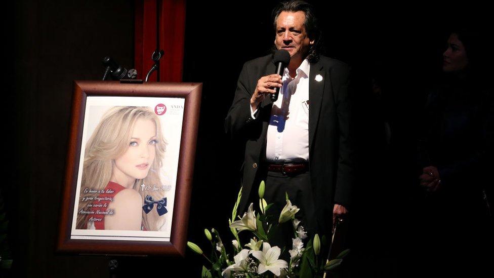 Víctor Manuel González junto a foto de Edith González.