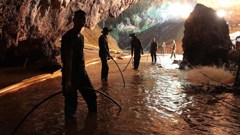 Rescatistas en la cueva