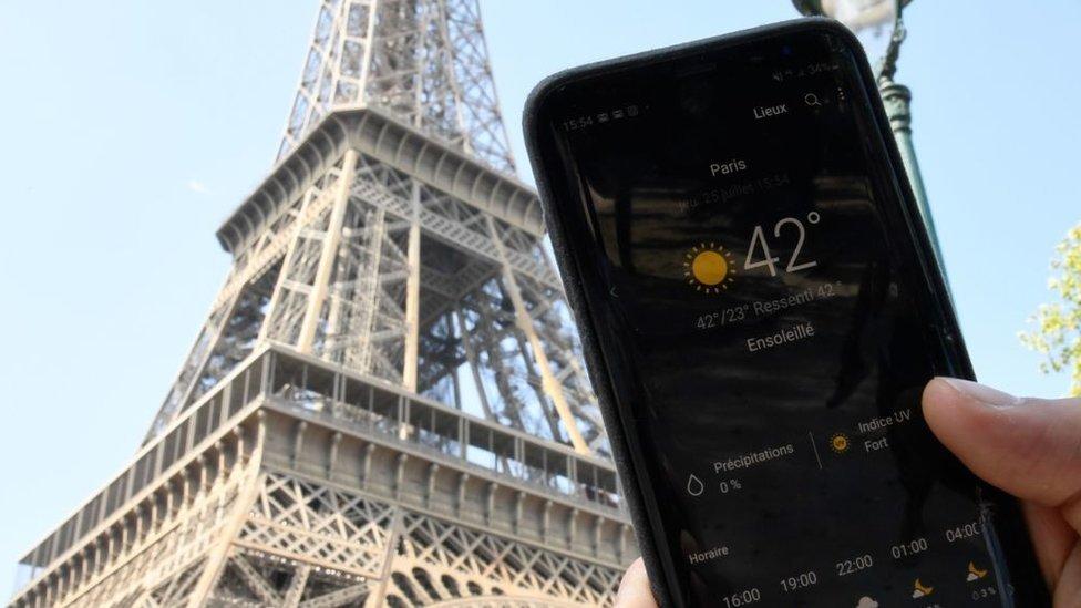 Un teléfono móvil registra la temperatura récord de 42ºC en París.