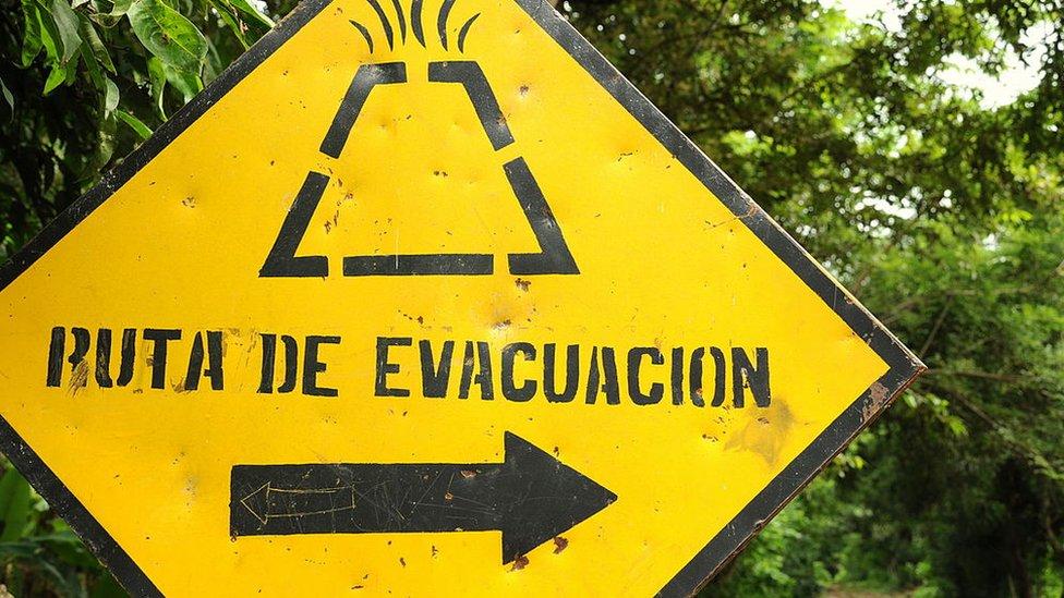 Señal de evacuación en caso de erupción en Ometepe, Nicaragua.
