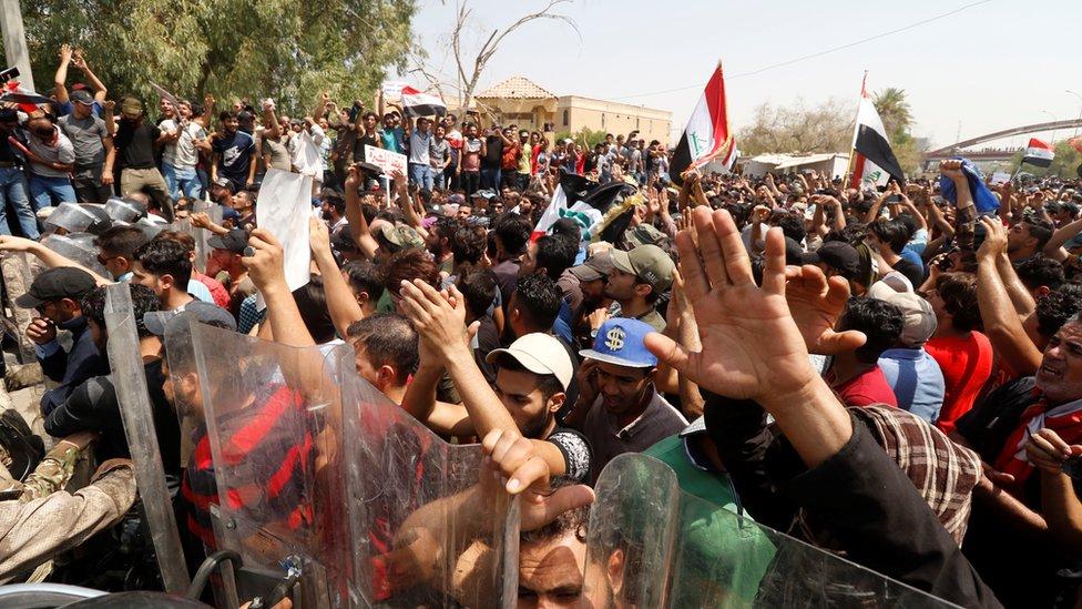 جانب من احتجاجات أمس الأحد في البصرة