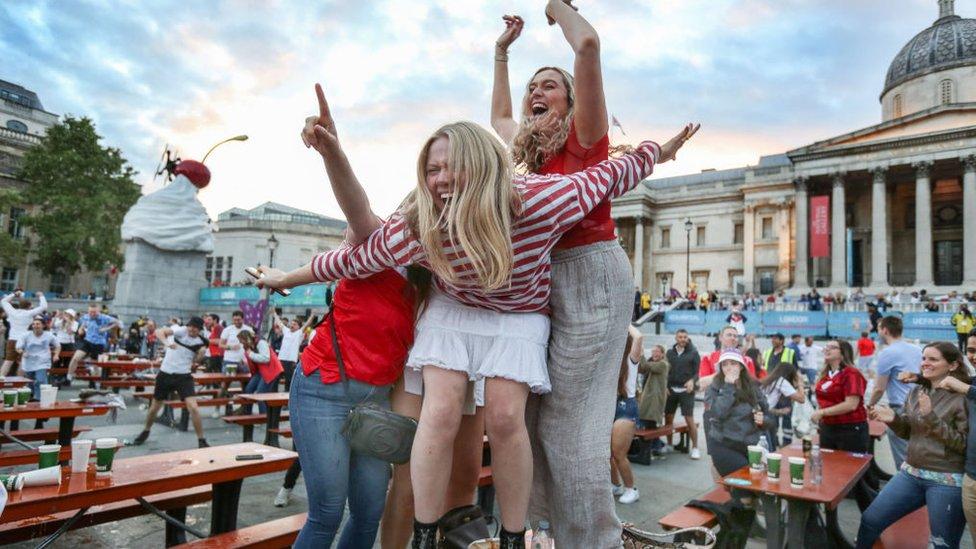 londrada kutlama yapan taraftarlar.