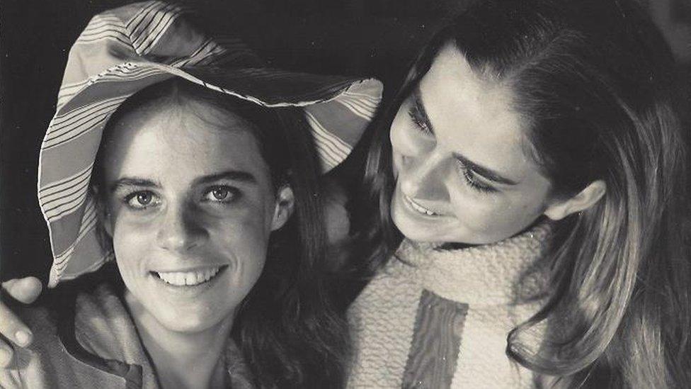 Foto em preto e branco mostra irmãs abraçadas e sorrindo