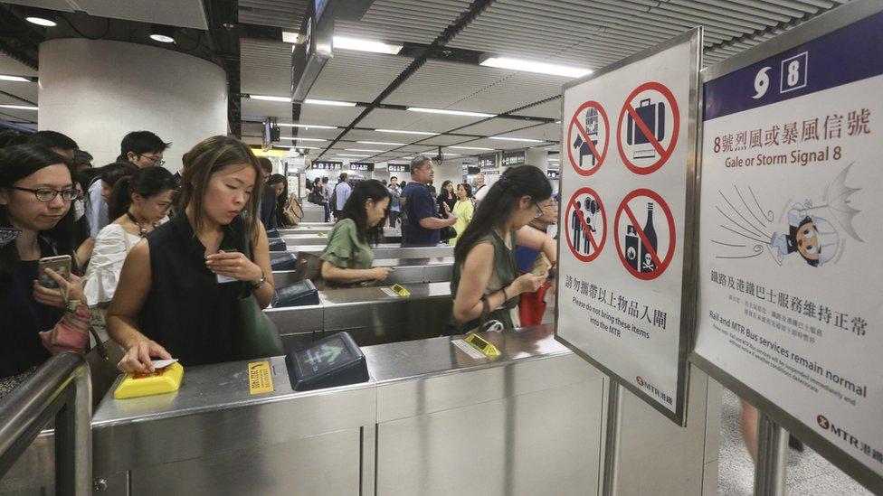 強烈熱帶風暴苗柏迫近香港之際民眾在港鐵金鐘站趕著進站搭乘港鐵返家(12/6/2017)