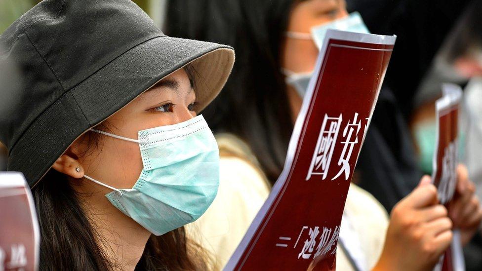 在台北,一批香港和台灣學生示威抗議港版《國安法》。