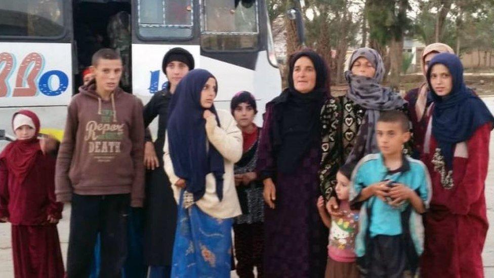 بث التلفزيون الرسمي صور نساء وأطفال قال إنهم الرهائن الذين تم تحريرهم