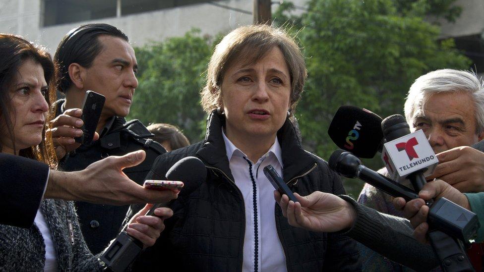 La periodista Carmen Aristegui rodeada de reporteros