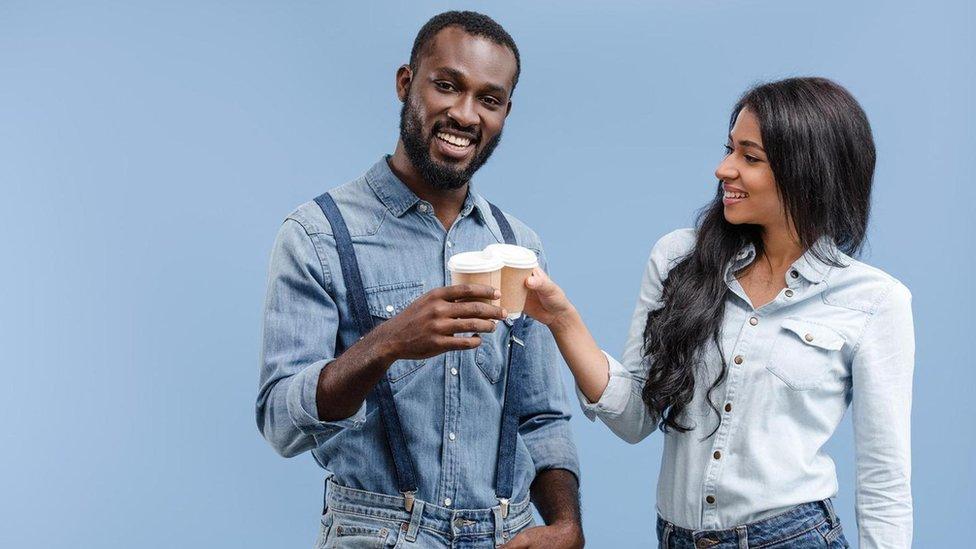 Hombre y mujer tomando café.